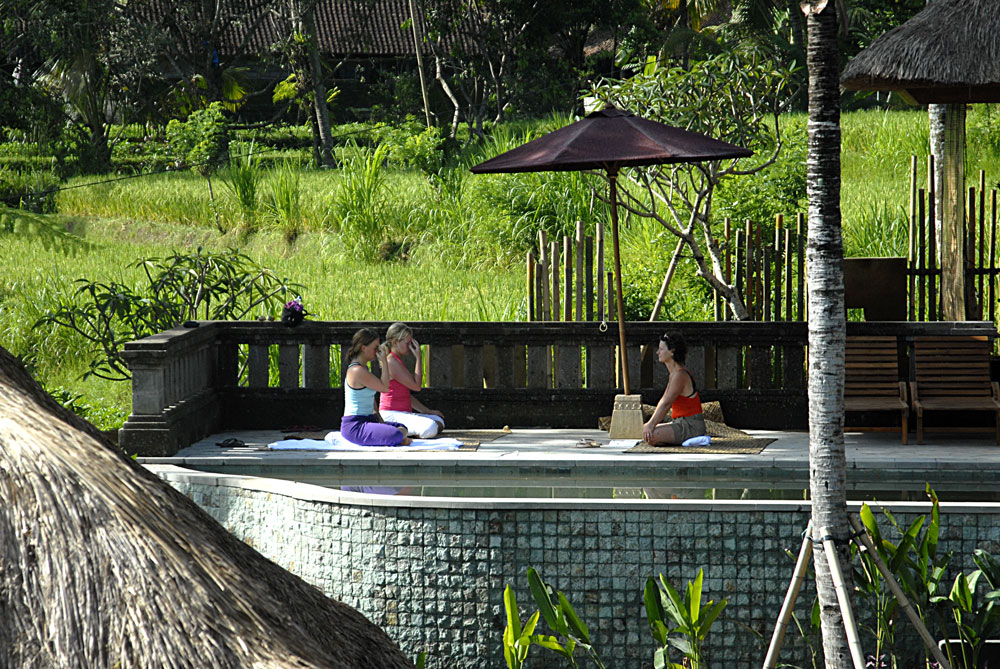 Yoga-at-the-small-pooldeck